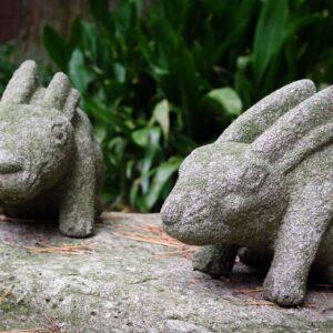 Statuettes de lapins au jardin Gyokusen-en, Kanazawa, préfecture d'Ishikawa