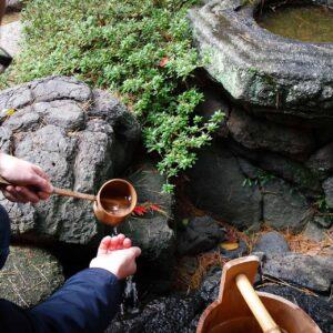 Purification à la fontaine du jardin Gyokusen-en, Kanazawa, préfecture d'Ishikawa