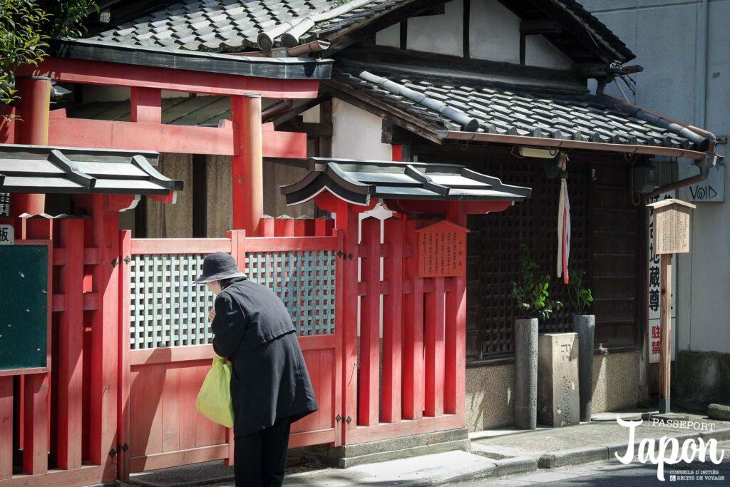 Prière dans un petit sanctuaire, préfecture de Nara
