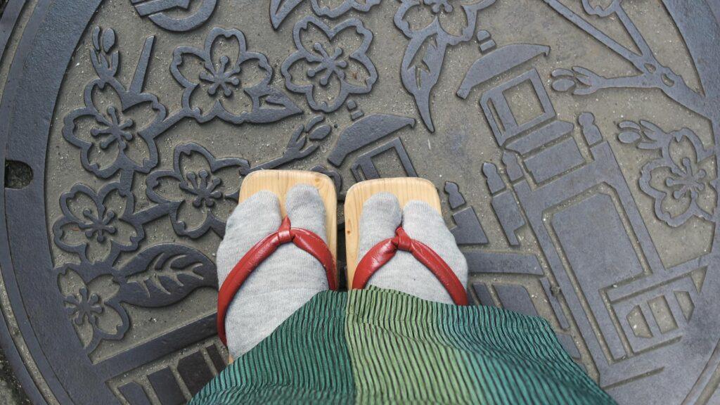 En geta et yukata à Kinosaki onsen, préfecture de Hyogo