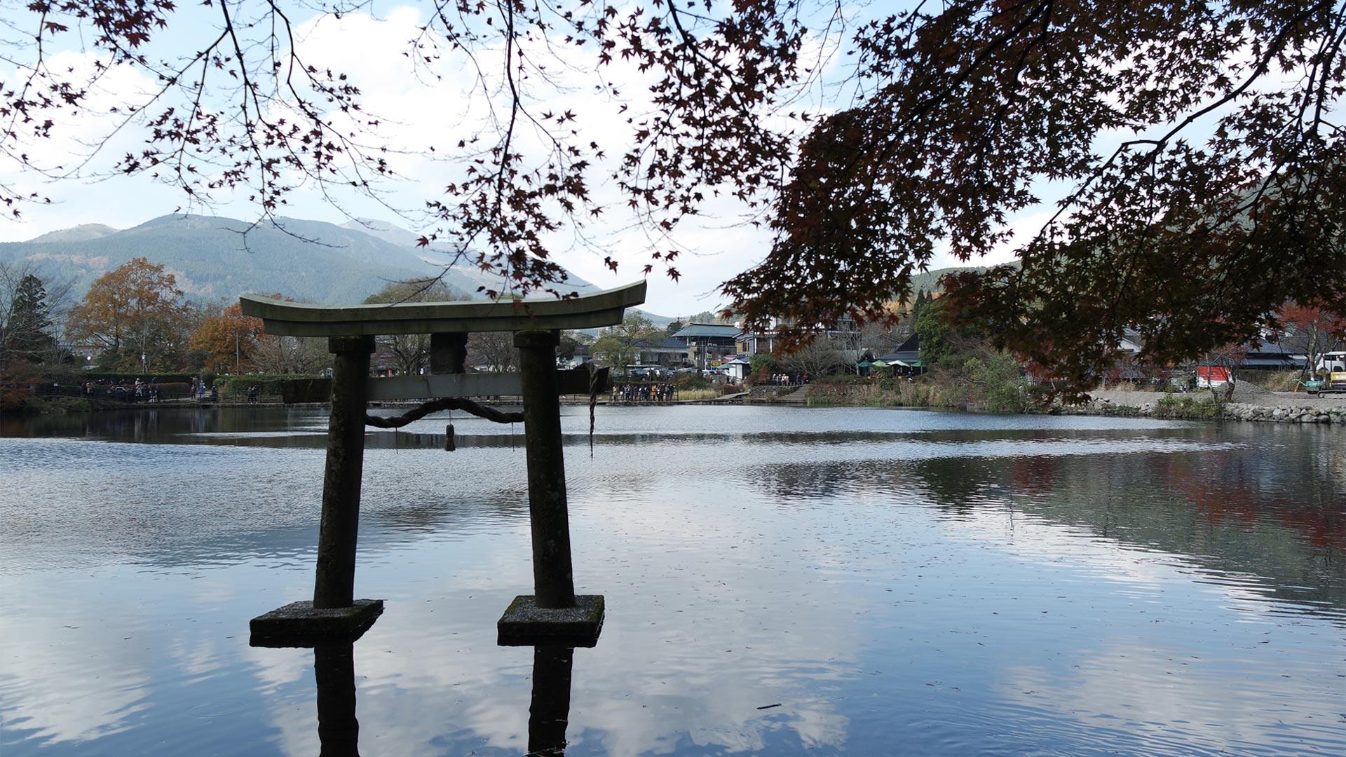 Torii flottant du sanctuaire Tenso sur le lac Kinrin, Yufuin, préfecture d'Oita