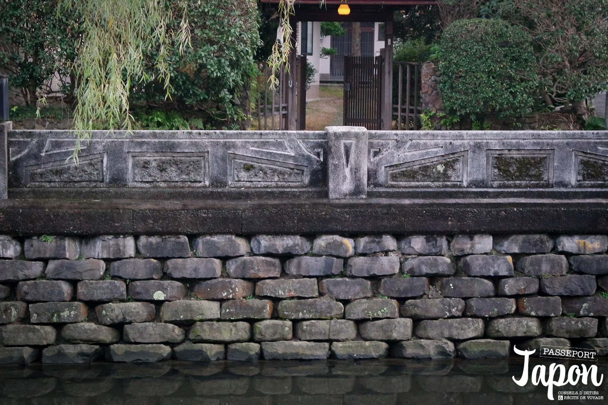 Pierres basaltiques du canal à Kinosaki onsen, préfecture de Hyogo