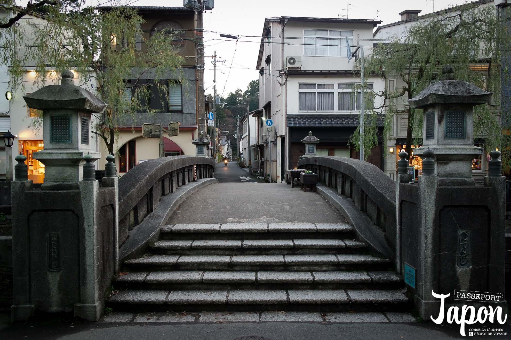 Pont sur le canal à Kinosaki onsen, préfecture de Hyogo