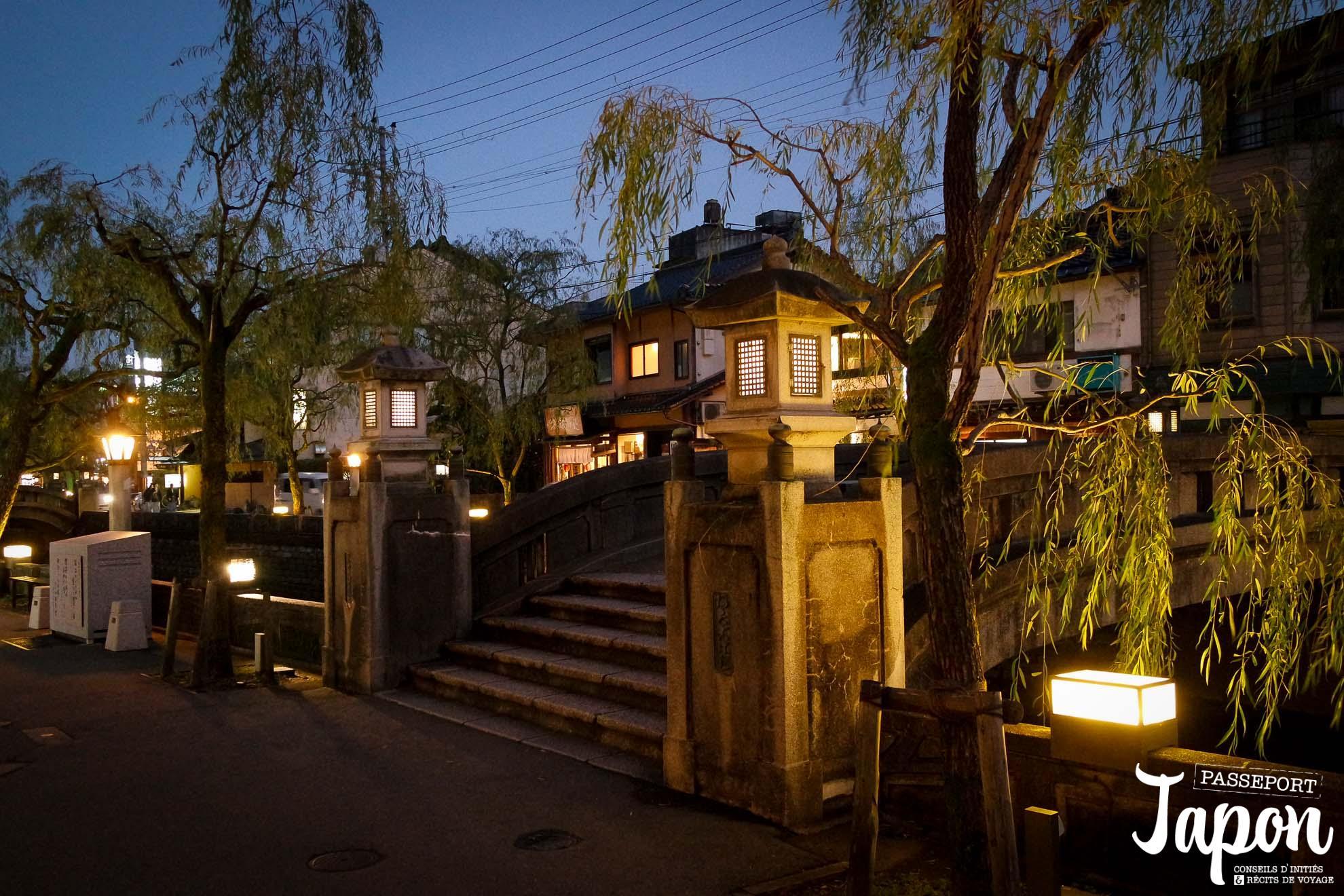 Saules et lanternes au bord du canal à Kinosaki onsen, préfecture de Hyogo