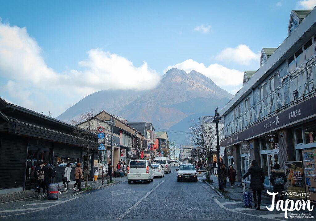 Vue sur le mont Yufu depuis la gare, Yufuin, préfecture d'Oita