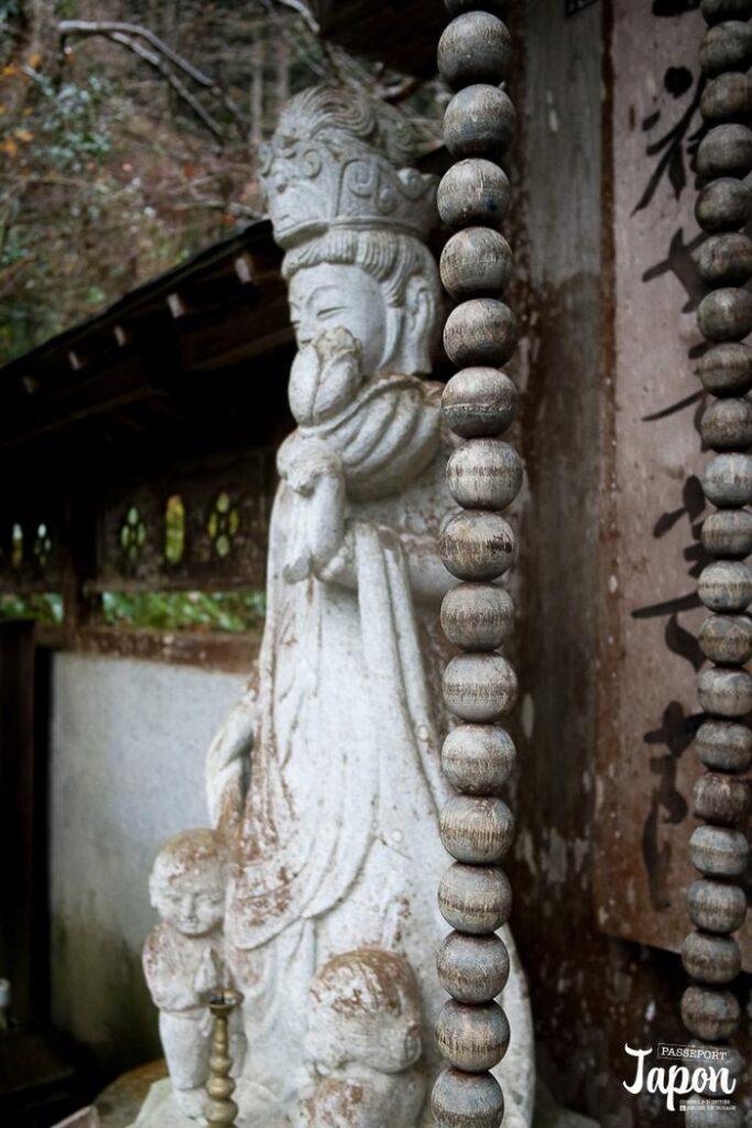 Chapelet de prière au temple Sanbutsu-ji, Misasa, préfecture de Tottori