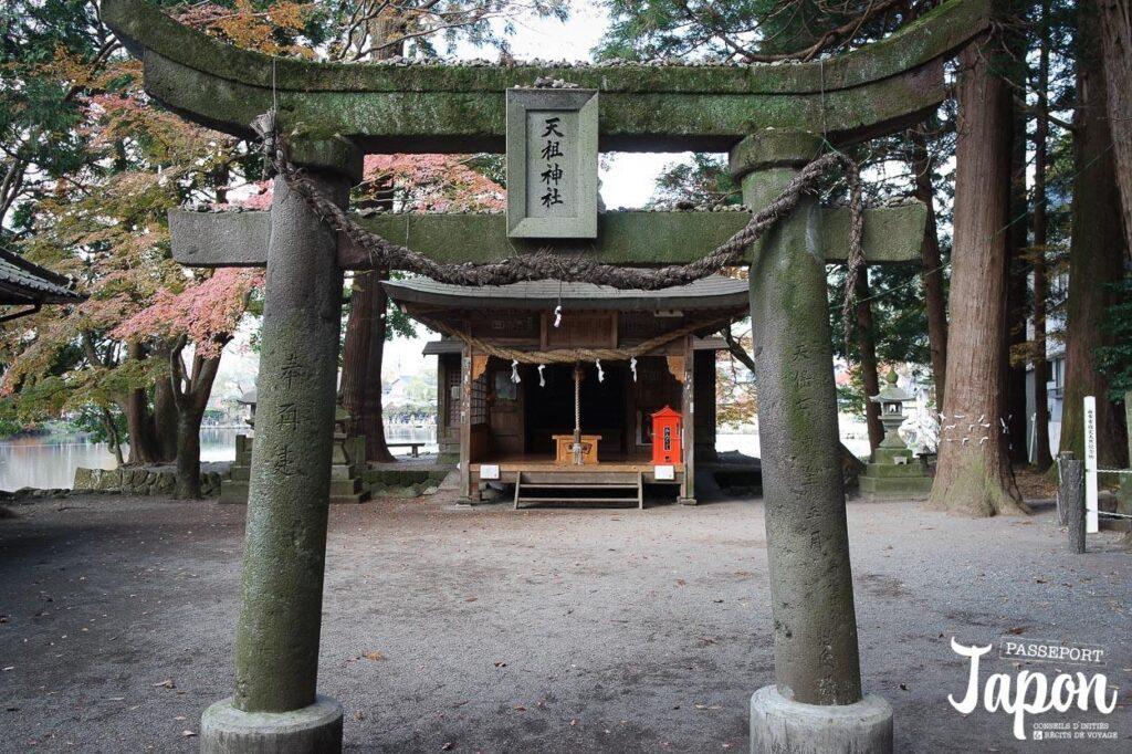 Torii sanctuaire Tenso sur le lac Kinrin, Yufuin, préfecture d'Oita