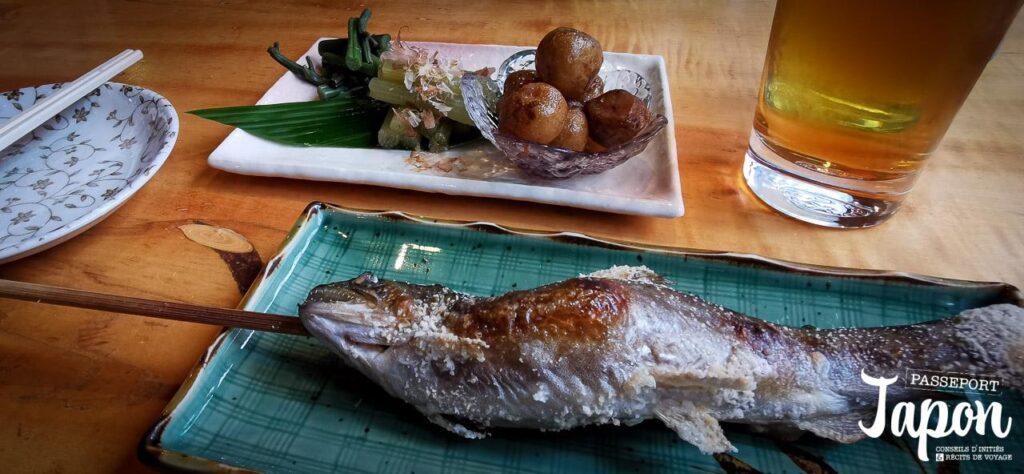Ayu grillé au restaurant d'Hirayu-no-mori, Okuhida onsen, préfecture de Gifu