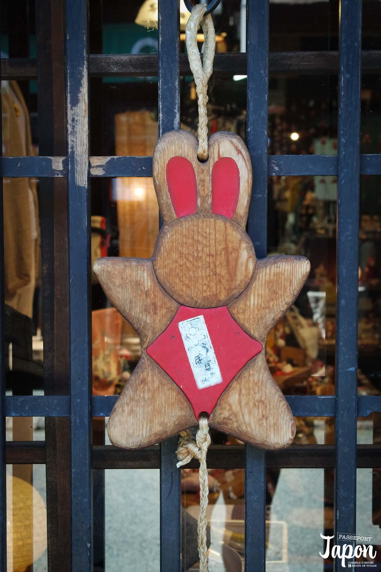 Décoration en forme de lapin en bois, rue commerçante, Takayama, préfecture de Gifu