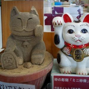 Sculpture de manekineko en sable, préfecture de Tottori