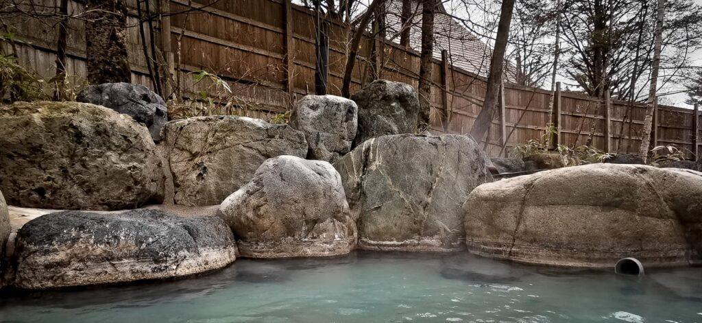 Rotenburo à Hirayu-no-mori, Okuhida onsen, préfecture de Gifu