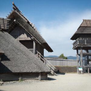 Huttes et tour de guet du parc Yoshinogari, Kanzaki, préfecture de Saga