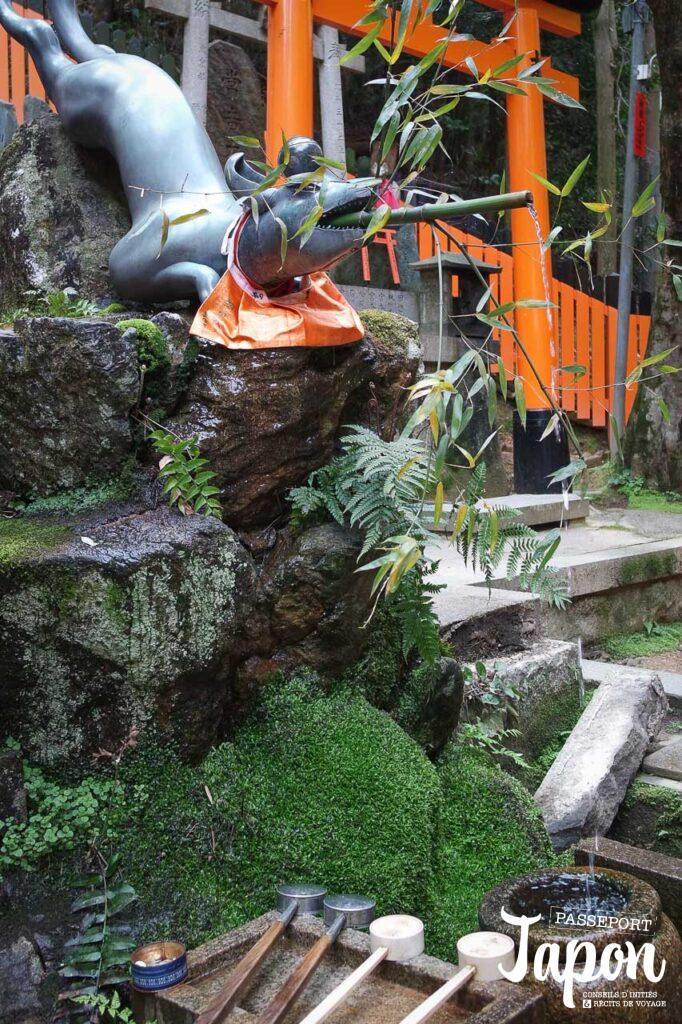 Fontaine du sanctuaire Fushimi Inari Taisha, préfecture de Kyoto