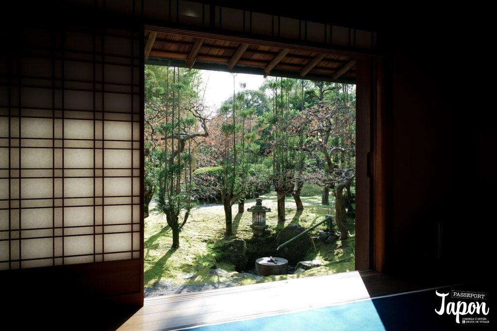 Vue sur le jardin Shokado à Yawata depuis le pavillon de thé, préfecture de Kyoto