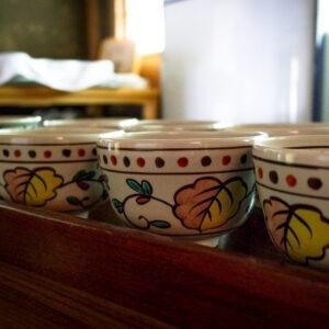 Tasses dans le pavillon de thé au jardin Shokado à Yawata, préfecture de Kyoto