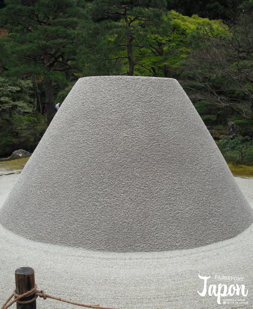 Tas de sable dans le jardin zen du Ginkaku-ji, préfecture de Kyoto