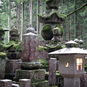 Tombes et lanternes de l'Okunoin à Koyasan, préfecture de Wakayama