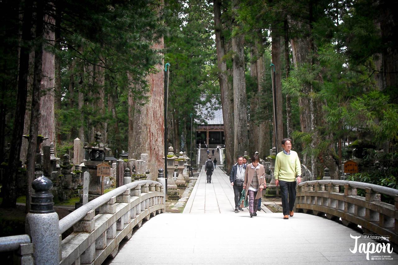 Pont et temple, Okunoin à Koyasan, préfecture de Wakayama